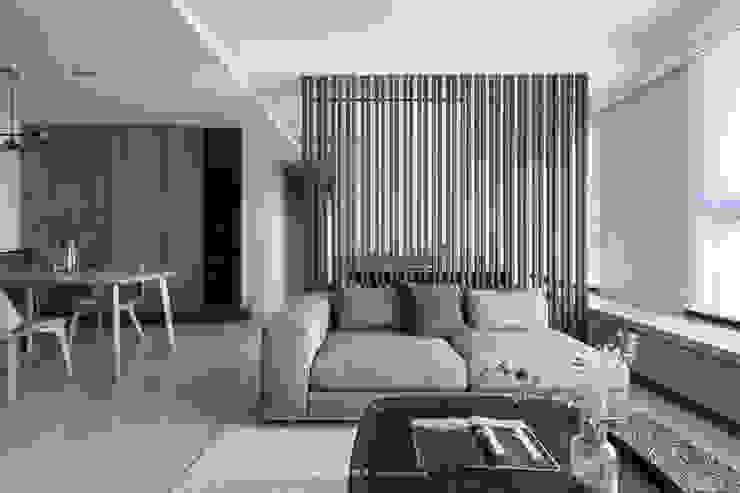 living area 现代客厅設計點子、靈感 & 圖片 根據 湜湜空間設計 現代風 實木 Multicolored