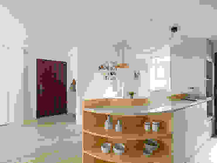 一抹奶油 斯堪的納維亞風格的走廊,走廊和樓梯 根據 寓子設計 北歐風