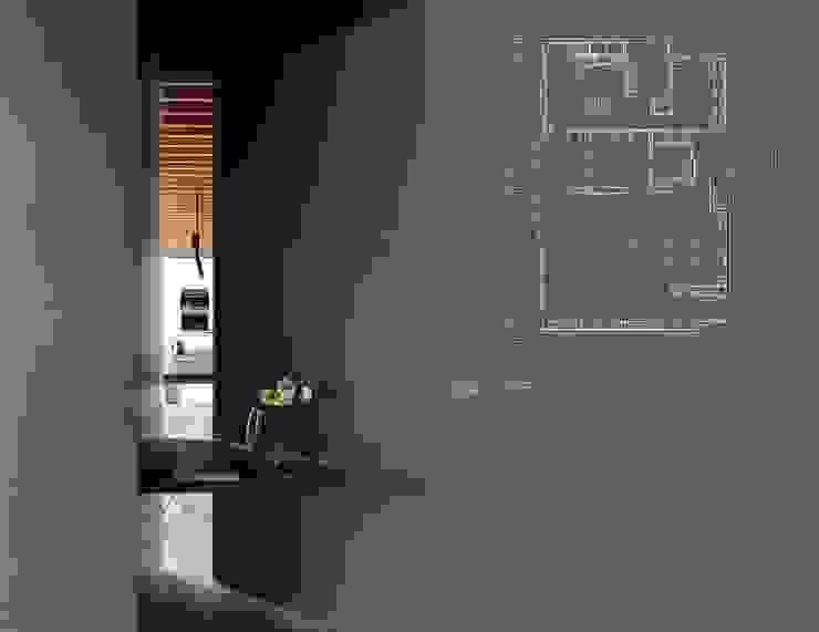Modern Corridor, Hallway and Staircase by 十境創物空間設計 Modern