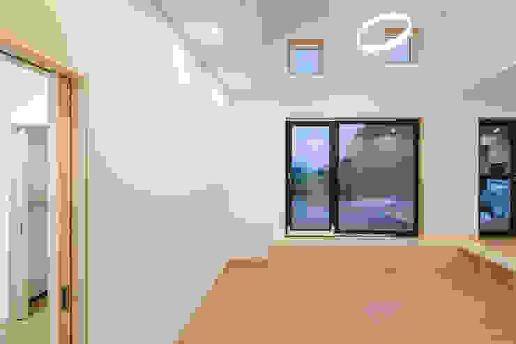 다락 위에 다락 화이트 & 블랙의 심플한 춘천모던하우스-거실 위드하임 모던스타일 거실