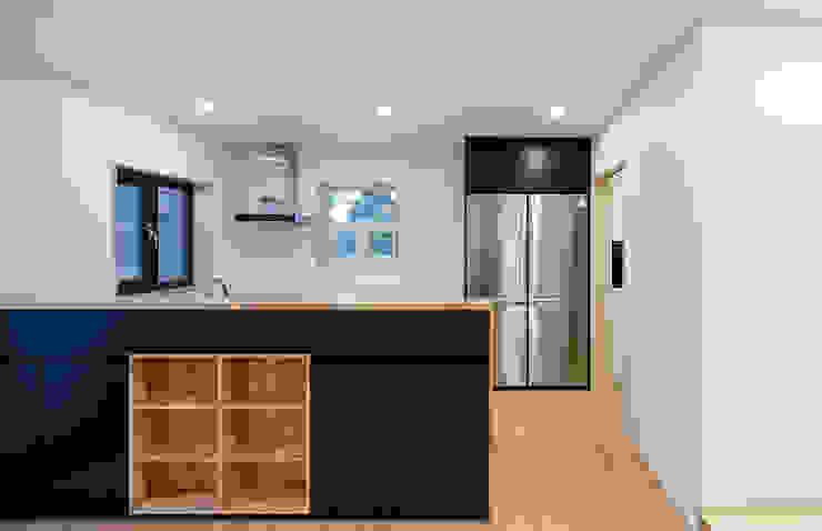 다락 위에 다락 화이트 & 블랙의 심플한 춘천모던하우스-주방 위드하임 모던스타일 주방