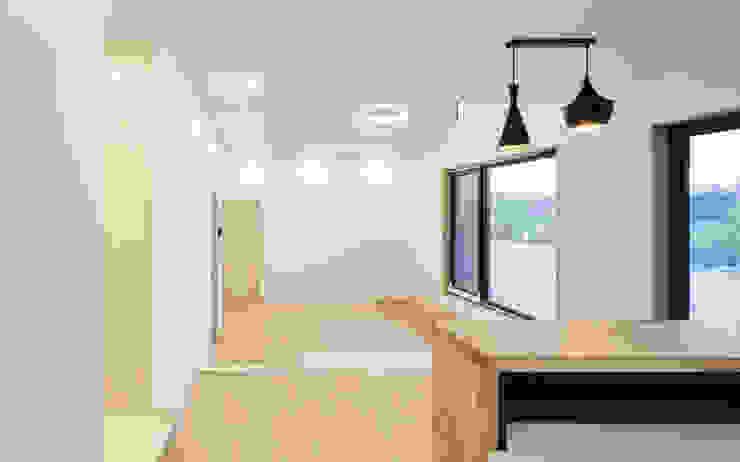 다락 위에 다락 화이트 & 블랙의 심플한 춘천모던하우스-주방, 거실 위드하임 모던스타일 주방