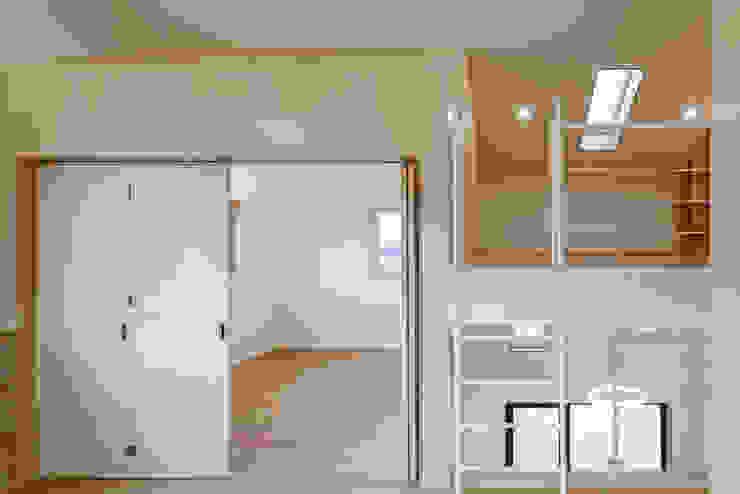 다락 위에 다락 화이트 & 블랙의 심플한 춘천모던하우스-게스트룸 위드하임 모던스타일 미디어 룸