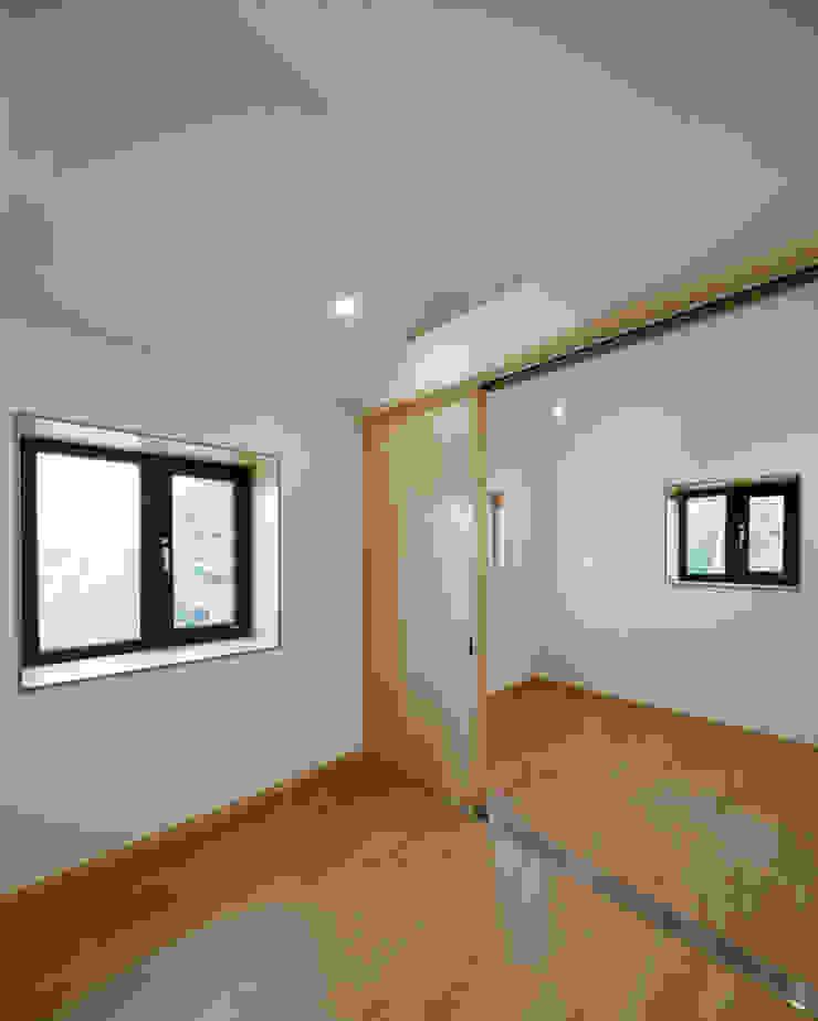 다락 위에 다락 화이트 & 블랙의 심플한 춘천모던하우스-다락 위드하임 모던스타일 침실