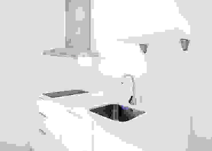Mueble cocina blanco de Grupo Inventia Moderno Compuestos de madera y plástico