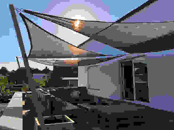Schaduwdoeken op een dakterras Moderne balkons, veranda's en terrassen van ZONZ sunsails Modern Kunststof