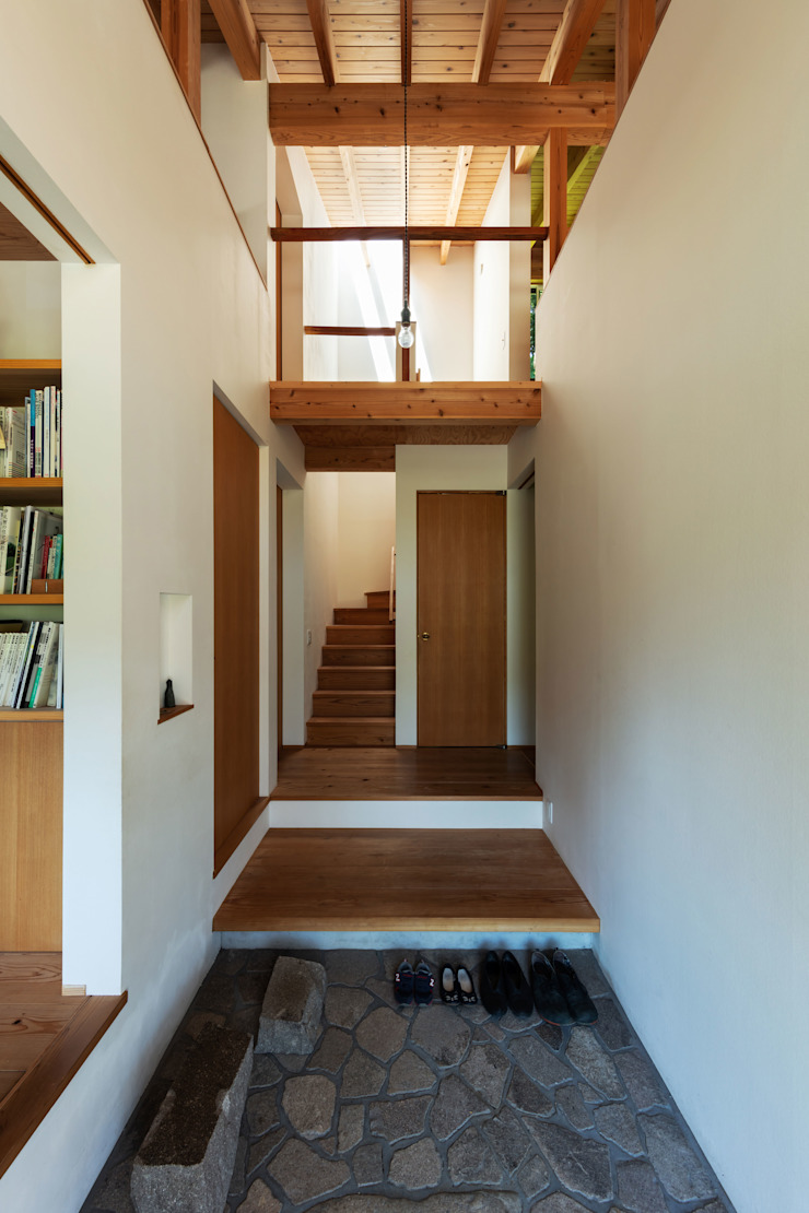 Scandinavian style corridor, hallway& stairs by エイチ・アンド一級建築士事務所 H& Architects & Associates Scandinavian