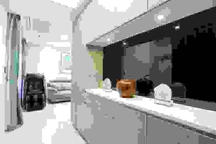 玄關 Modern Corridor, Hallway and Staircase by 張顥騰室內裝修設計有限公司 Modern