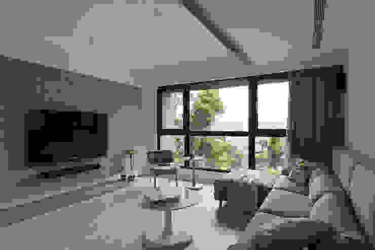 恬靜中那抹綠意 现代客厅設計點子、靈感 & 圖片 根據 黔鏡室內設計 現代風 水泥