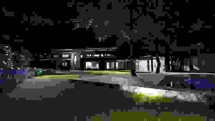 Exterior nocturno. de MS Arquitectos Rústico