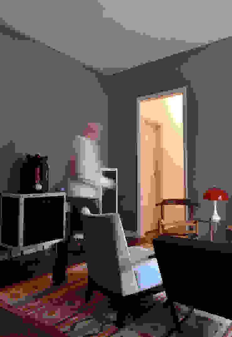 Enzo Sobocinski Arquitetura & Interiores Eclectic style living room Wood Blue