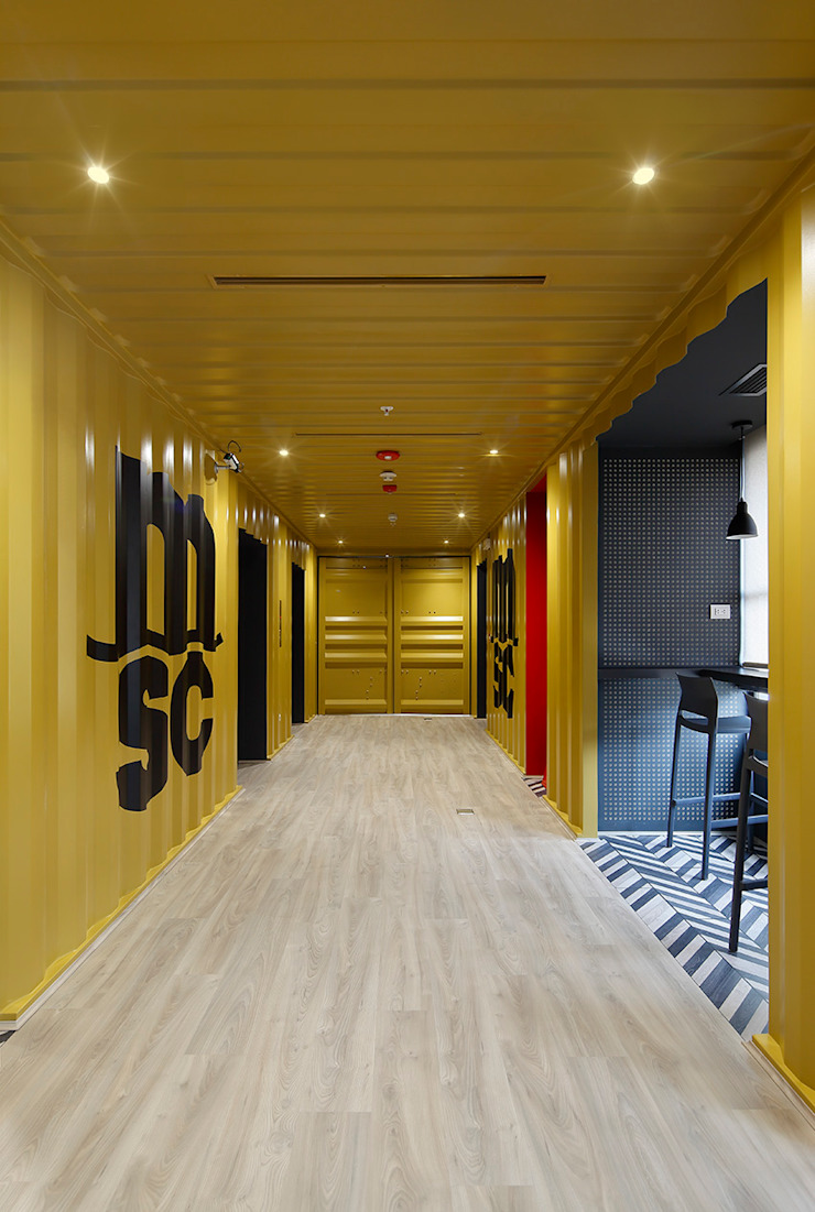 Hall de entrada hacia el espacio de coworking de Alexandra Keller, diseño de Interiores Industrial Metal