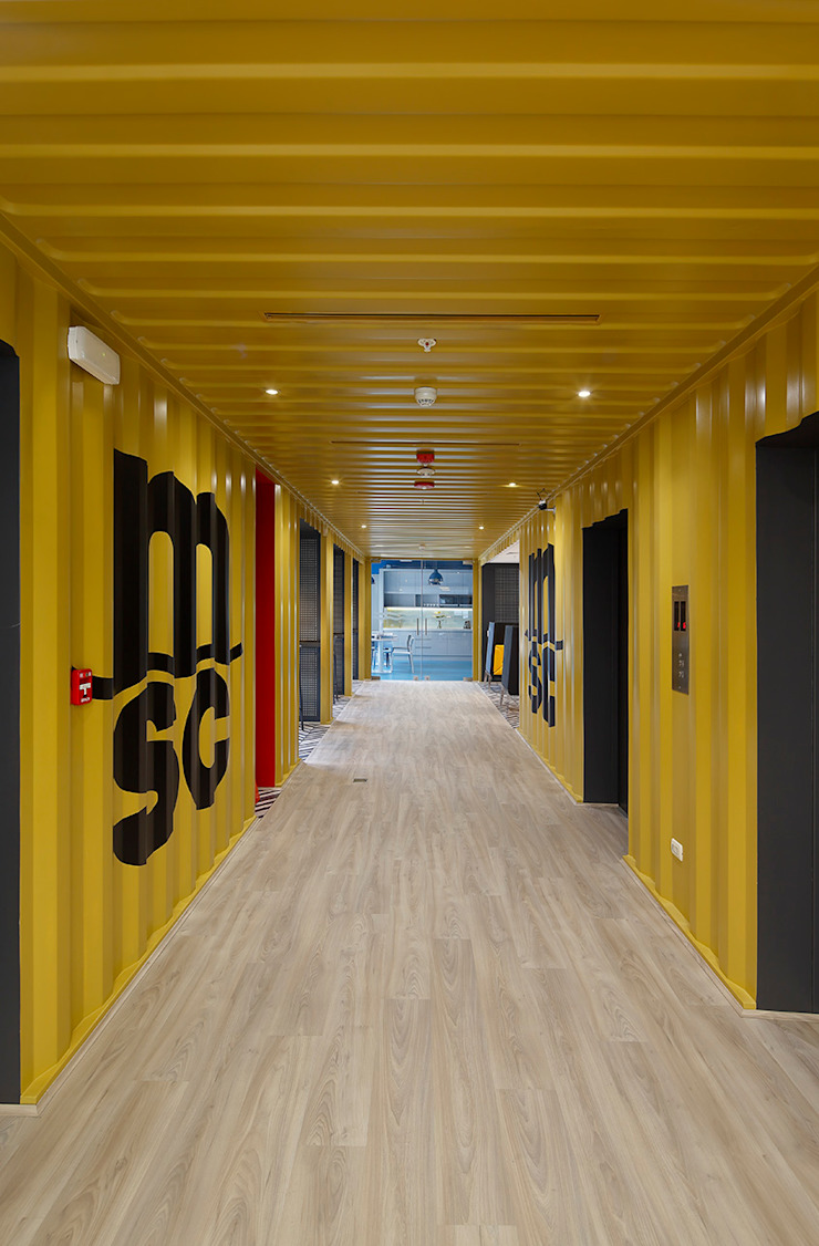 Hall de entrada hacia el comedor de Alexandra Keller, diseño de Interiores Industrial Metal