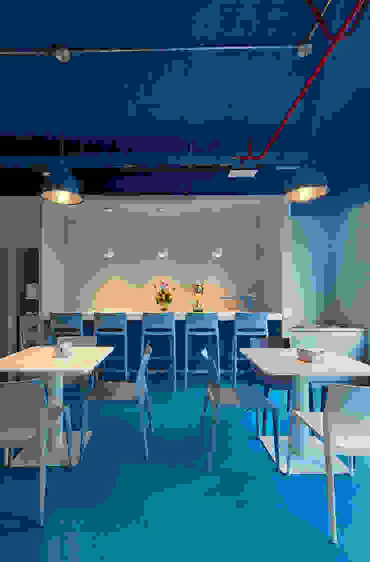 Café en el comedor de Alexandra Keller, diseño de Interiores Industrial Aglomerado