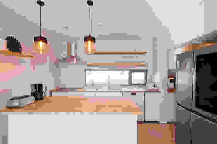 대가족을 위한 맞춤 시공/설계 세종목조주택 모던스타일 주방 by 위드하임 모던