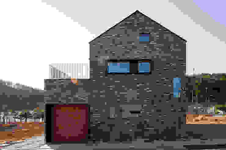 대가족을 위한 맞춤 시공/설계 세종목조주택 by 위드하임 모던 벽돌