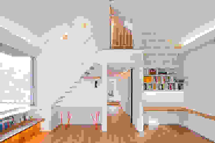 대가족을 위한 맞춤 시공/설계 세종목조주택 모던스타일 거실 by 위드하임 모던