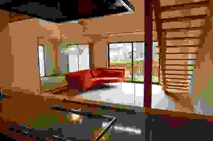 キッチンよりリビングを見る 株式会社高野設計工房 北欧デザインの リビング