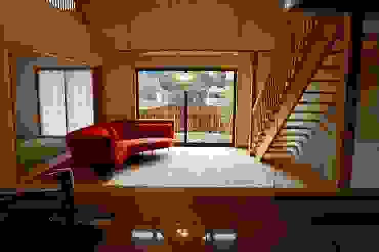 キッチンより庭を見る 株式会社高野設計工房 北欧デザインの リビング