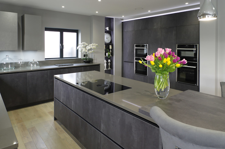 Concrete Graphite kitchen with secret doors, island and connected breakfast bar PTC Kitchens ห้องครัว Grey