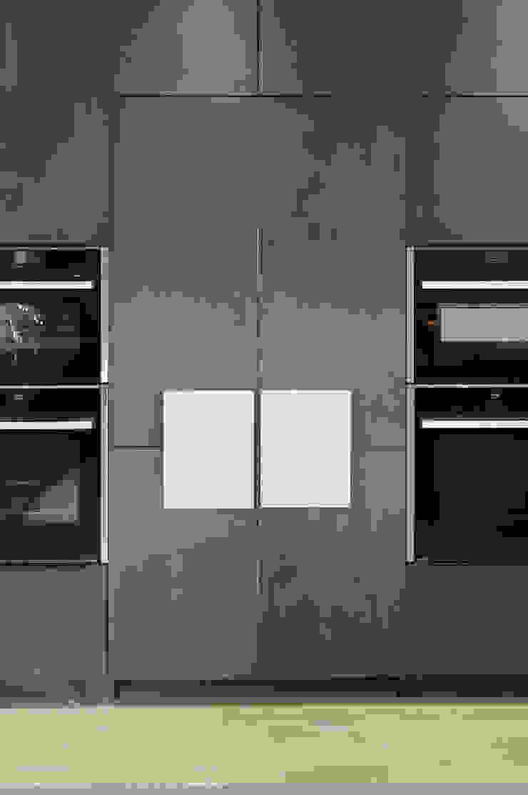 secret door to utility room (closed) PTC Kitchens Cucina moderna Grigio