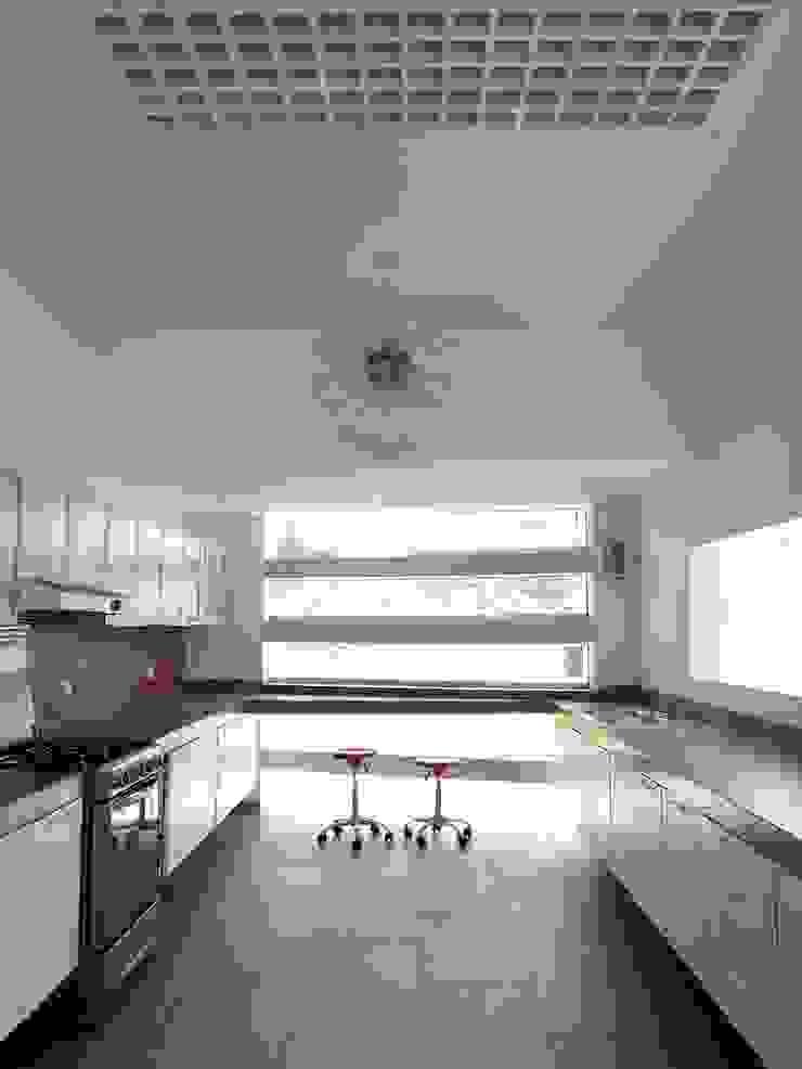 Casa de playa en Lima Esarquitectura Cocinas equipadas Concreto Blanco