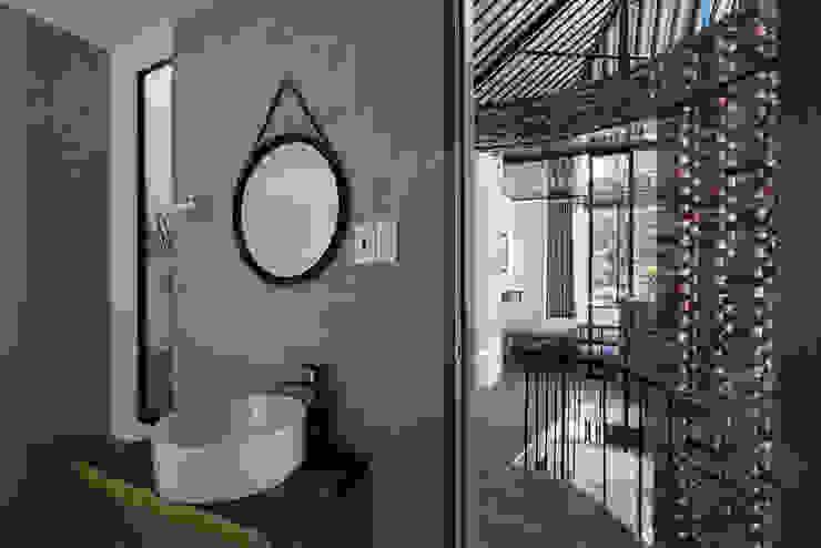 The UMBRELLA Phòng tắm phong cách nhiệt đới bởi AD+ Nhiệt đới