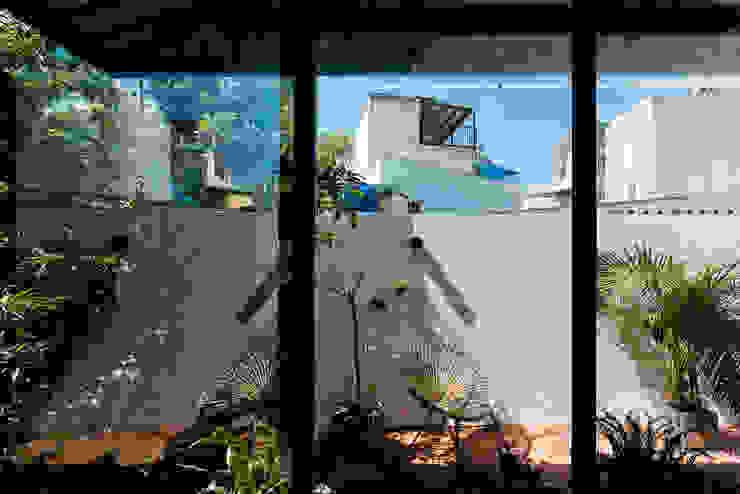 The UMBRELLA Vườn phong cách nhiệt đới bởi AD+ Nhiệt đới
