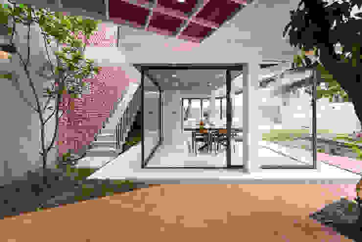 Nhà CHỒNG MÁI Hành lang, sảnh & cầu thang phong cách nhiệt đới bởi AD+ Nhiệt đới