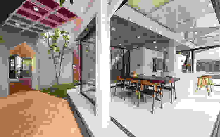 Nhà CHỒNG MÁI Phòng ăn phong cách nhiệt đới bởi AD+ Nhiệt đới
