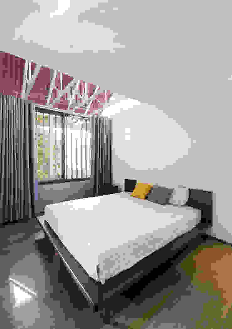Nhà CHỒNG MÁI Phòng ngủ phong cách nhiệt đới bởi AD+ Nhiệt đới