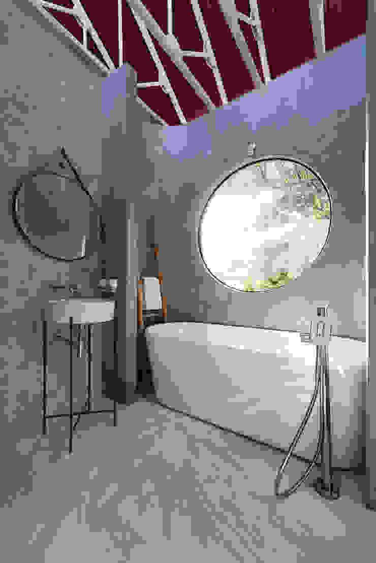 Nhà CHỒNG MÁI Phòng tắm phong cách nhiệt đới bởi AD+ Nhiệt đới