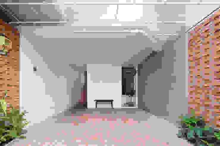 BOUNDARY house Nhà để xe/nhà kho phong cách nhiệt đới bởi AD+ Nhiệt đới