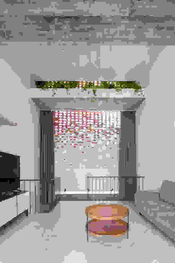 BOUNDARY house Phòng giải trí phong cách nhiệt đới bởi AD+ Nhiệt đới