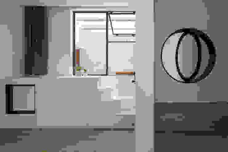 BOUNDARY house Phòng ngủ phong cách nhiệt đới bởi AD+ Nhiệt đới