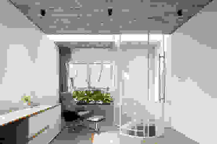 BOUNDARY house Phòng học/văn phòng phong cách nhiệt đới bởi AD+ Nhiệt đới