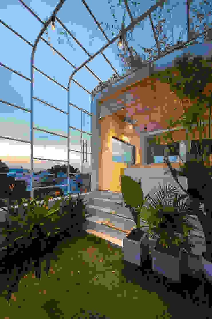 BOUNDARY house Hiên, sân thượng phong cách nhiệt đới bởi AD+ Nhiệt đới