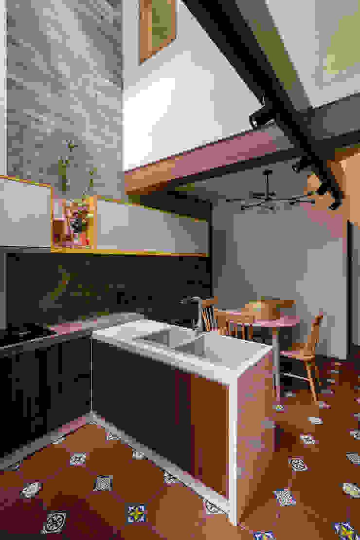 SHIFT houses Nhà bếp phong cách nhiệt đới bởi AD+ Nhiệt đới