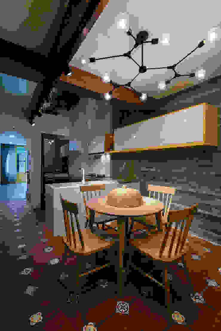 SHIFT houses Phòng ăn phong cách nhiệt đới bởi AD+ Nhiệt đới