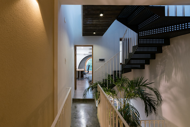 SHIFT houses Hành lang, sảnh & cầu thang phong cách nhiệt đới bởi AD+ Nhiệt đới