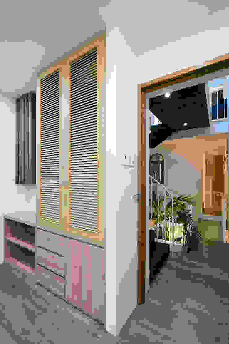 SHIFT houses Phòng ngủ phong cách nhiệt đới bởi AD+ Nhiệt đới