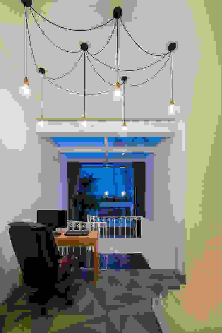 SHIFT houses Phòng giải trí phong cách nhiệt đới bởi AD+ Nhiệt đới