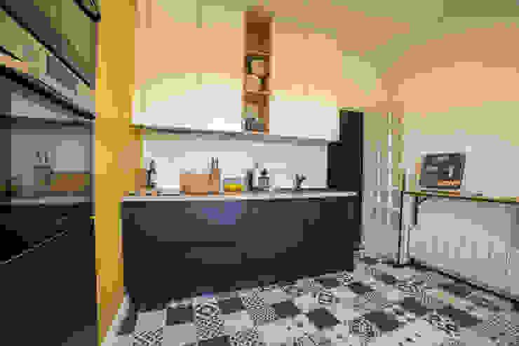 cuisine rétro jaune et grise MISS IN SITU Clémence JEANJAN Cuisine intégrée Bois Jaune