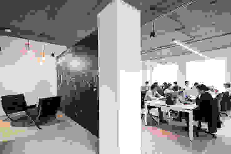 entrearquitectosestudio Industrial corridor, hallway & stairs Concrete Grey