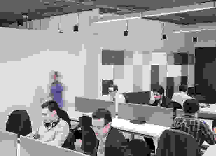 Area de oficina abierta Pasillos, vestíbulos y escaleras de estilo industrial de entrearquitectosestudio Industrial Concreto