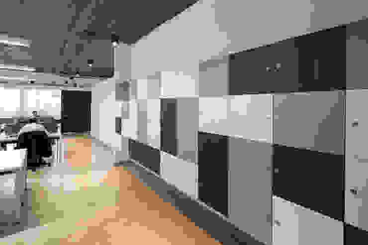 Lockers Pasillos, vestíbulos y escaleras de estilo moderno de entrearquitectosestudio Moderno Compuestos de madera y plástico