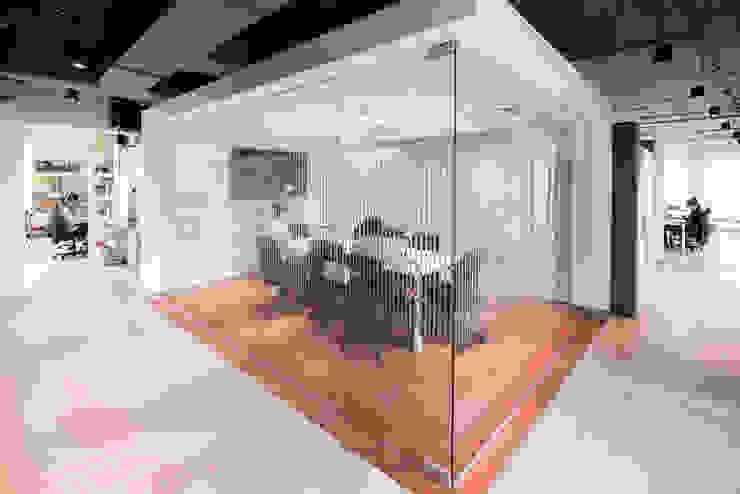 Sala de juntas Salas de estilo minimalista de entrearquitectosestudio Minimalista Vidrio