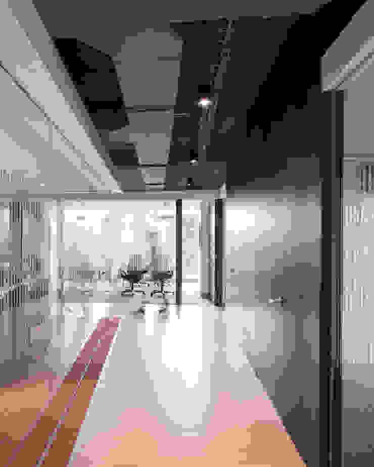 entrearquitectosestudio Industrial corridor, hallway & stairs Chipboard Wood effect