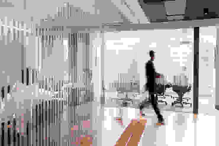 Sala de juntas Salas de estilo industrial de entrearquitectosestudio Industrial Aglomerado