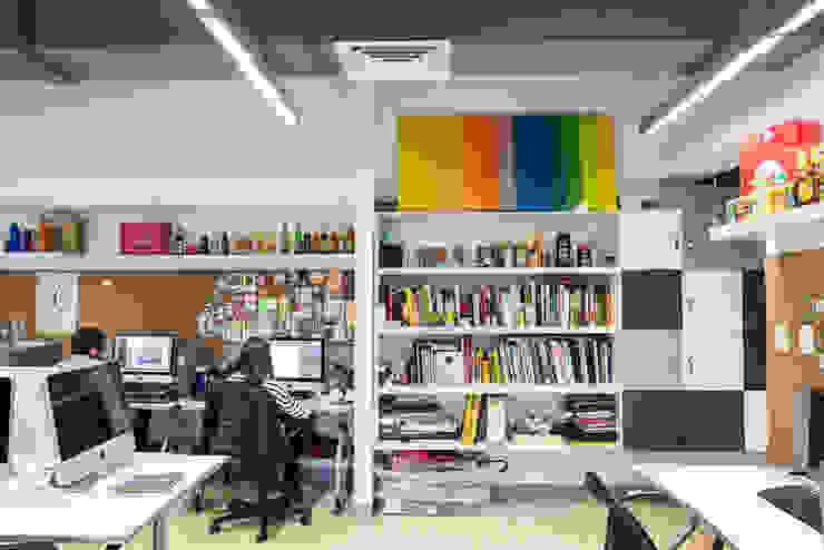 Oficina abierta Estudios y despachos de estilo industrial de entrearquitectosestudio Industrial Aglomerado